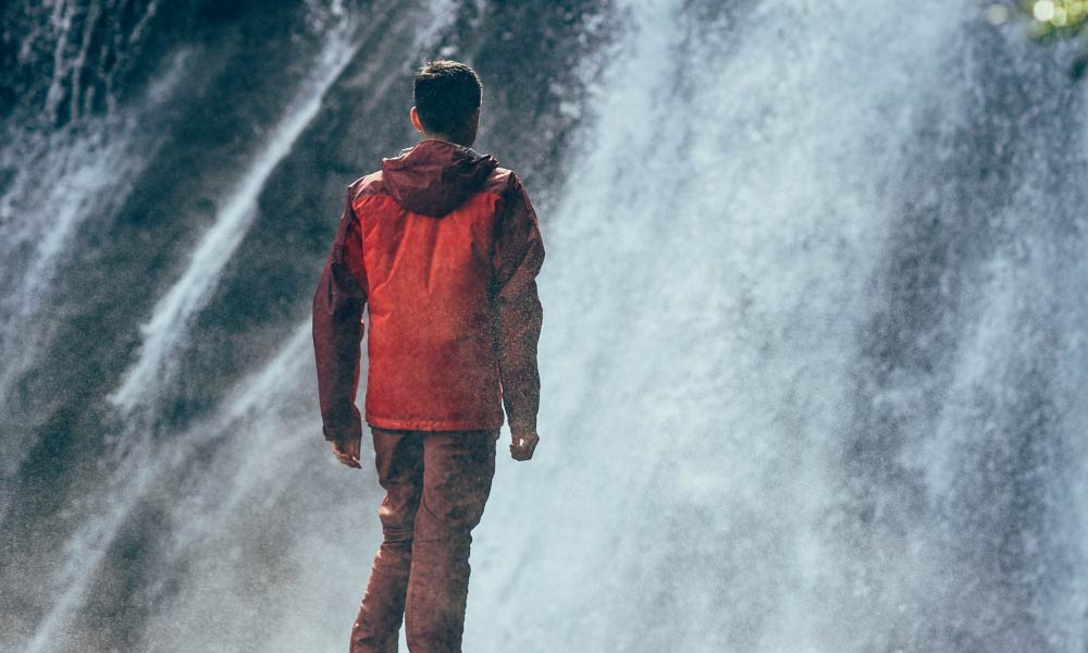 Aceptar - hombre ante cascada
