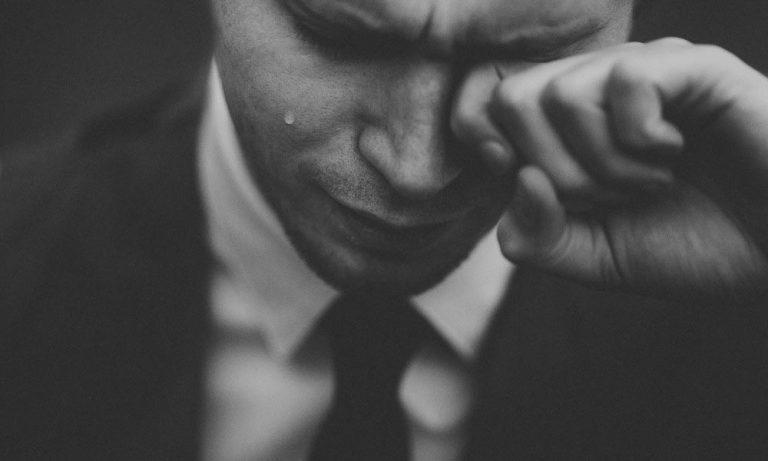 Emociones basicas - hombre llorando