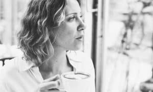 Mujer taza café - sesgos cognitivos